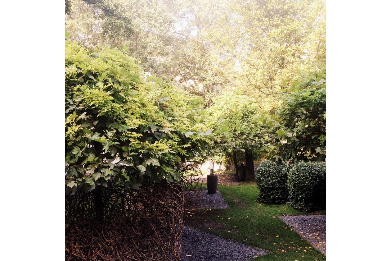 Il giardino esterno della SPA Hotel Bulgari a Milano