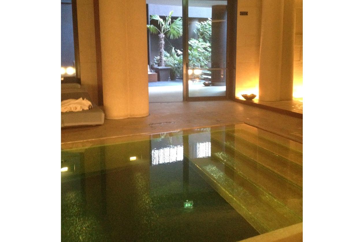 Il percorso nella SPA Hotel Bulgari comincia con una sosta nella sala principale dove c'è la piscina