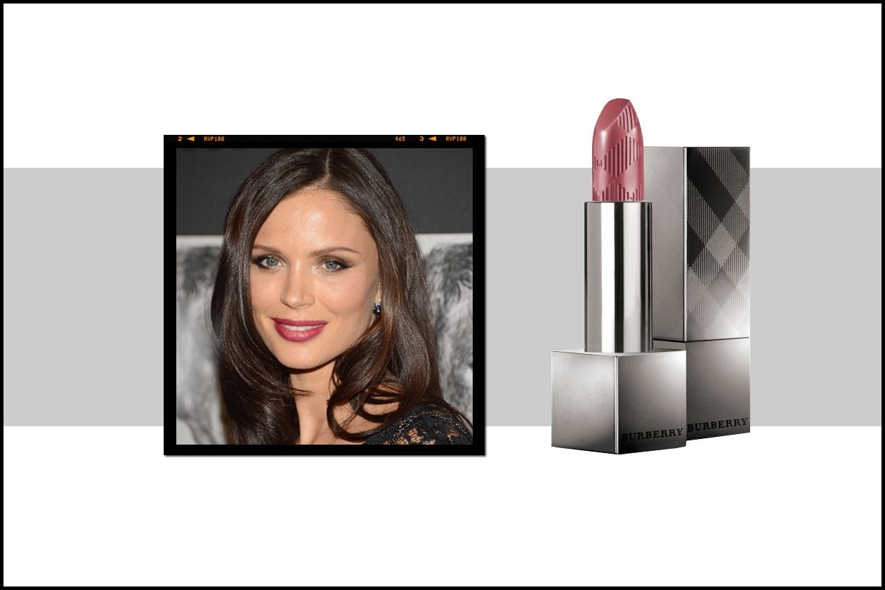 La co-fondatrice di Marchesa, Georgina Chapman abbina a un leggero smoky un rosa antico ma inteso come il Burberry Lip Cover Sepia Pink no.32