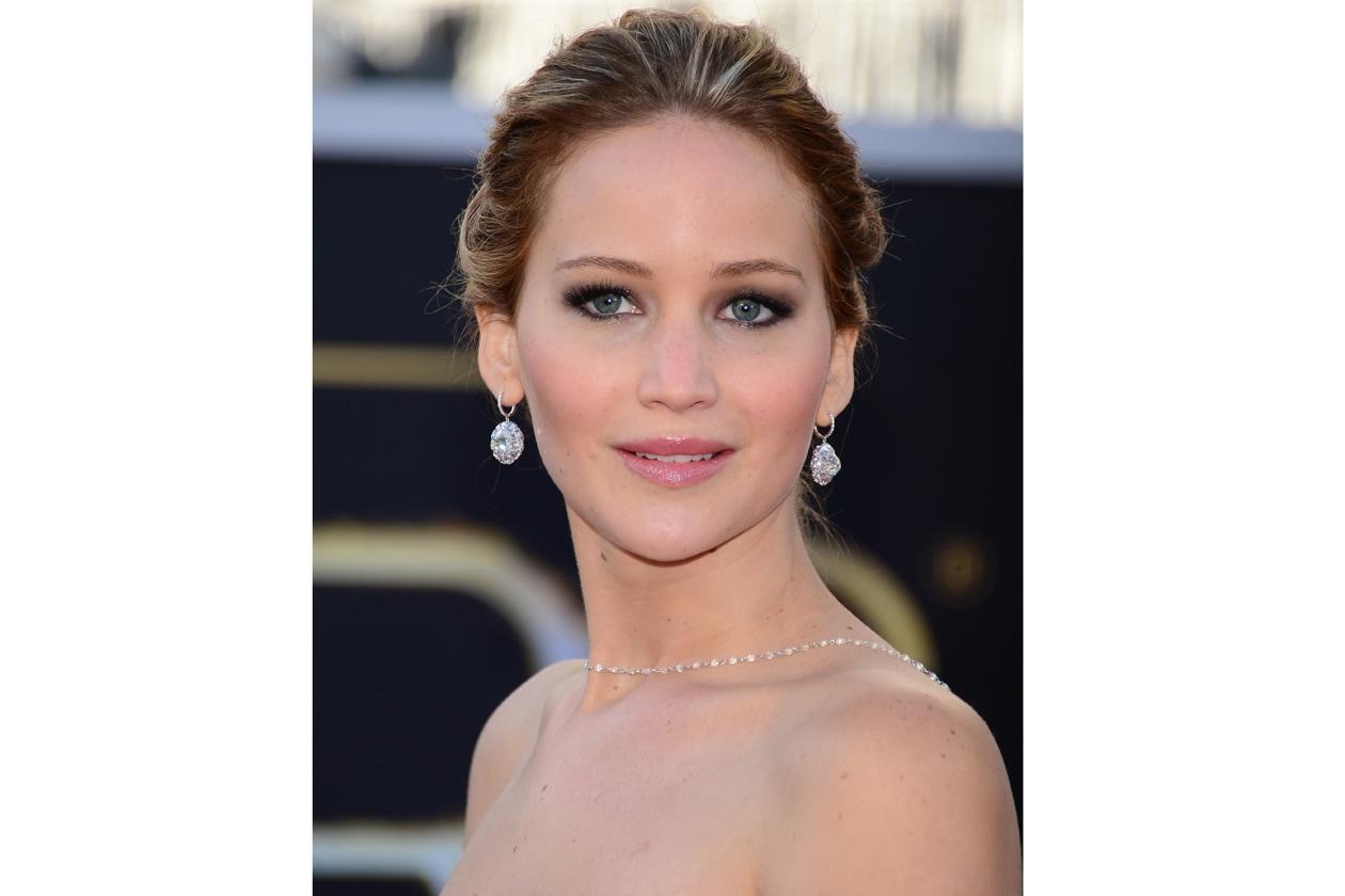 Miglior raccolto: Sontuosa e classica, la pettinatura di Jennifer Lawrence fa da cornice a un viso perfetto