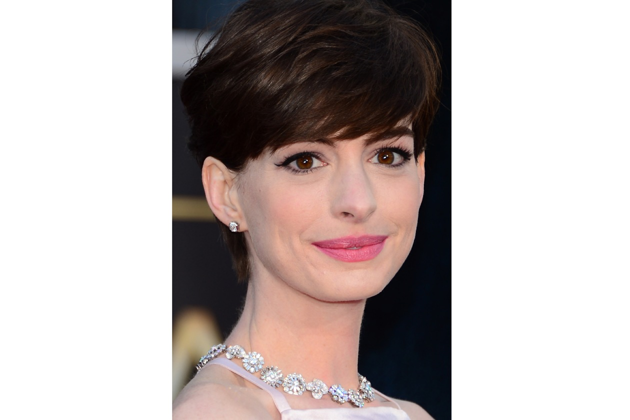 Migliori pinky lips: l'eleganza fa rima con rosa per la regina del palcoscenico Anne Hathway, migliore attrice non protagonista