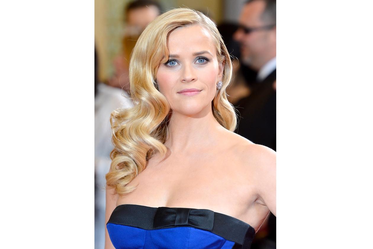 """Onda su onda: a una Reese Witherspoon leggermente curvy va la statuetta per migliore acconciatura alla """"Veronica Lake"""""""
