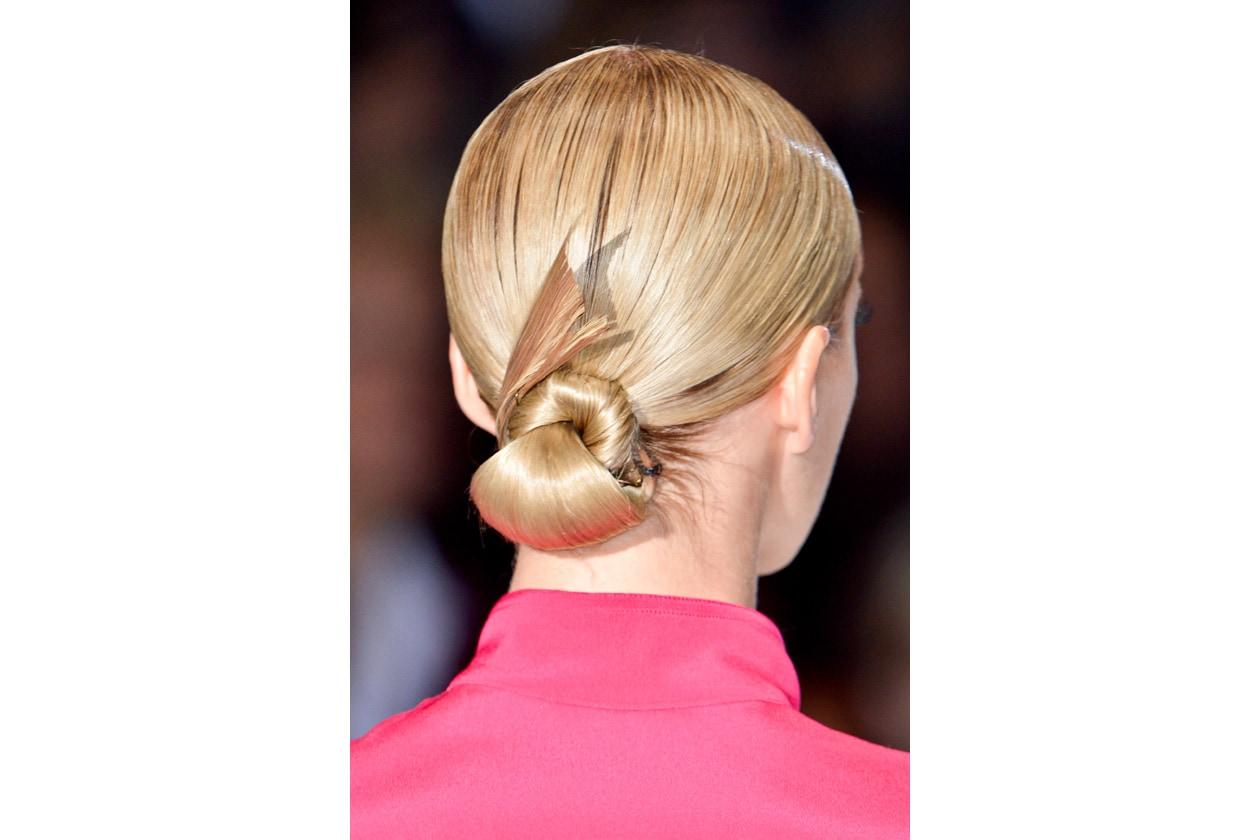 Originale l'hairdo arricchito con insolite forme (Gucci)
