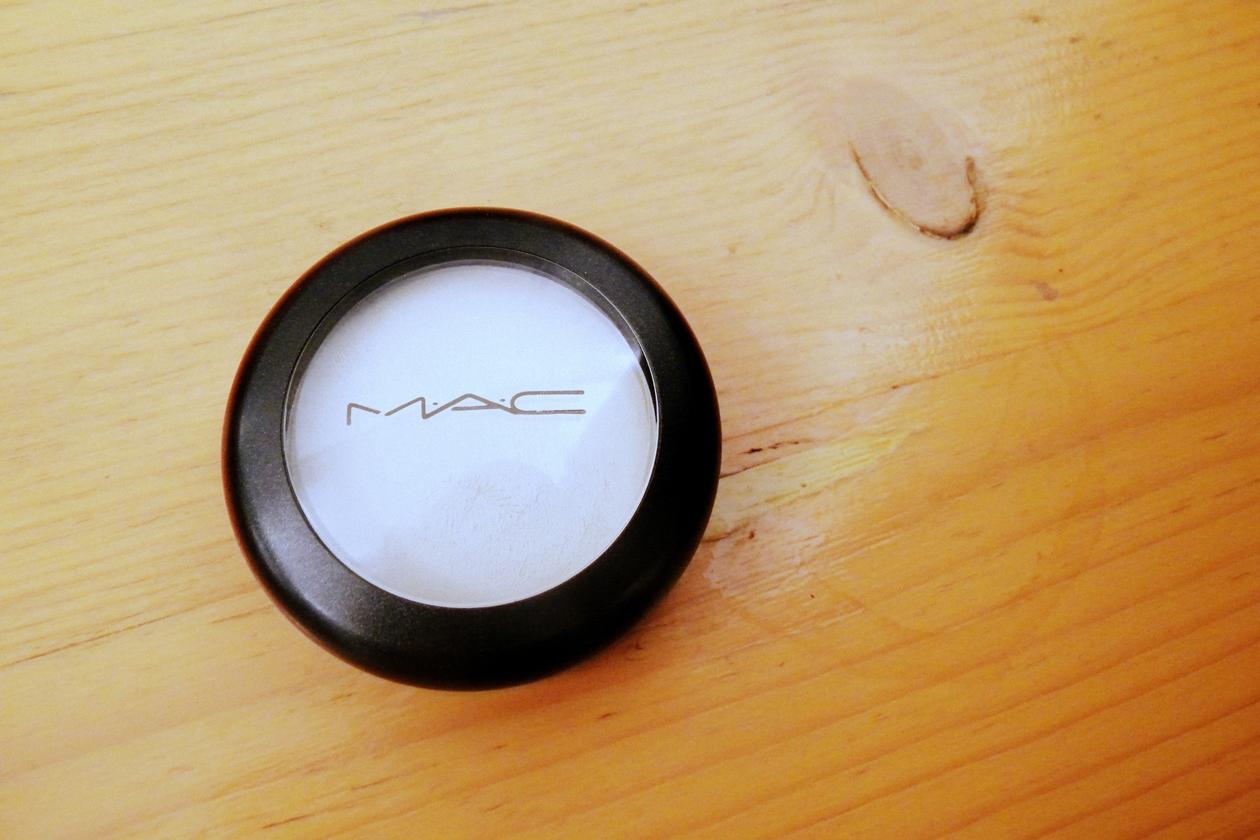 Per illuminare naso e zigomi la make up artist ha usato il Cream Colour Base in Pearl di MAC