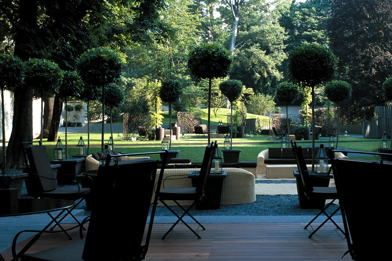 Prima di andare via ci concediamo due minuti di relax nel giardino esterno dell'Hotel Bulgari