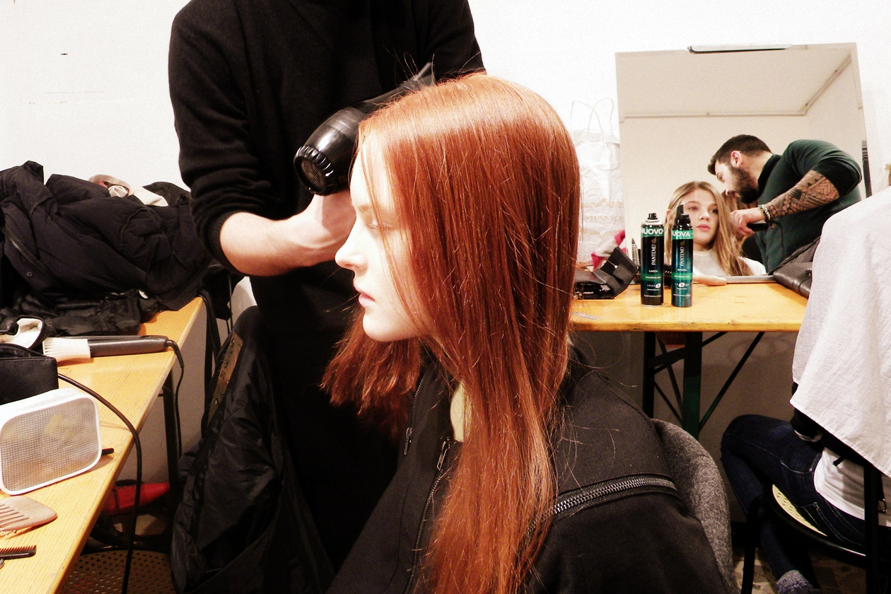 Ultimi ritocchi per un hair look dal mood minimal