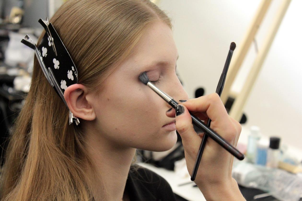 Una polvere più scura sottolinea il contorno occhi
