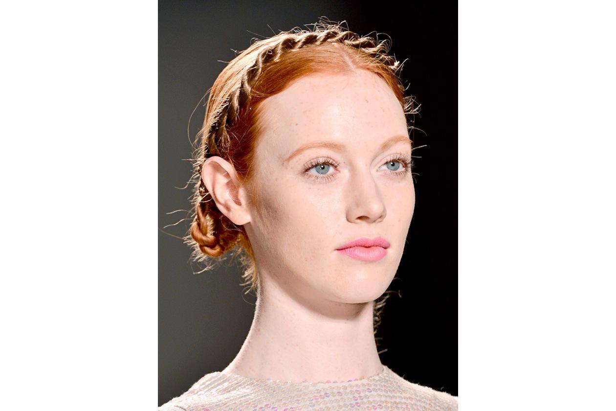 Una treccia incornicia il volto della modella di Song Jung Wan