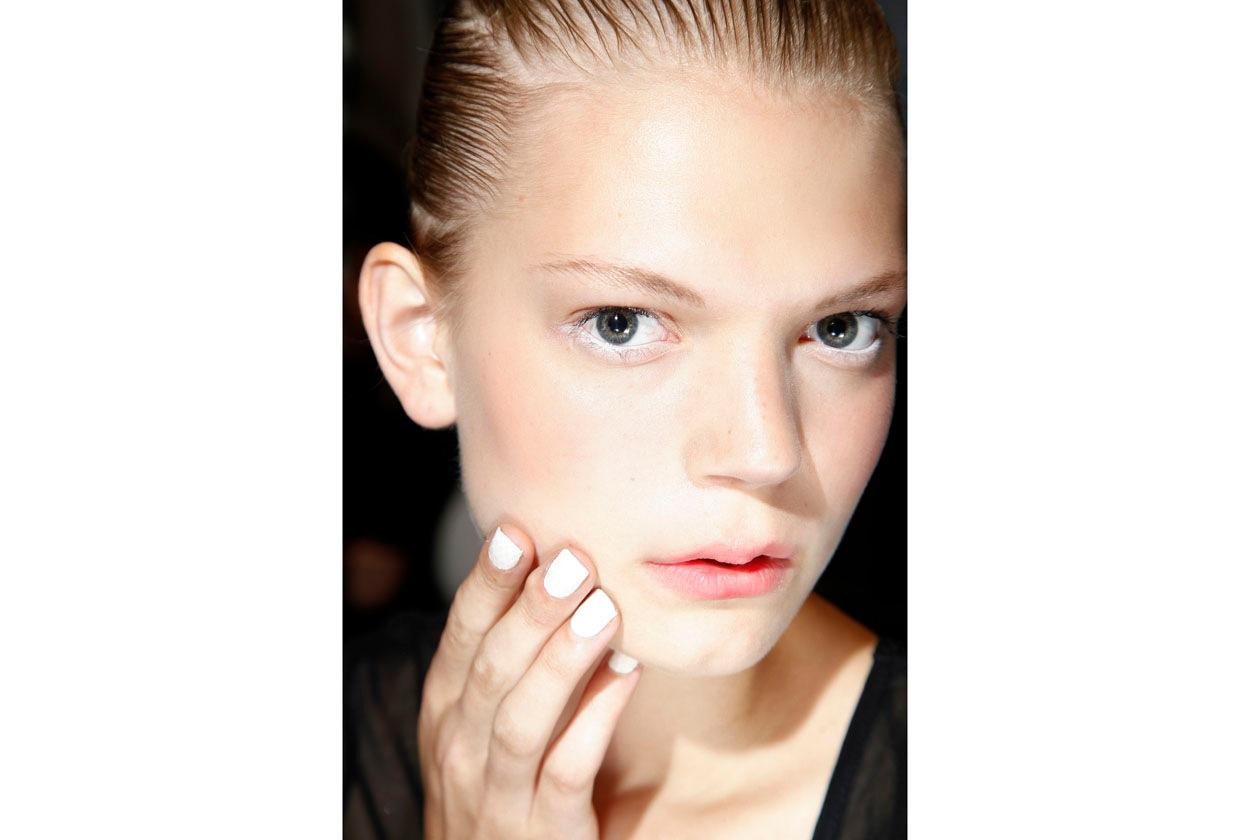 Bianco intenso sulle mani delle modella di David Koma