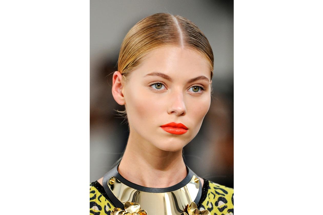 I make up artist colorano di tonalità accese le labbra delle modelle (Angelo Marani)