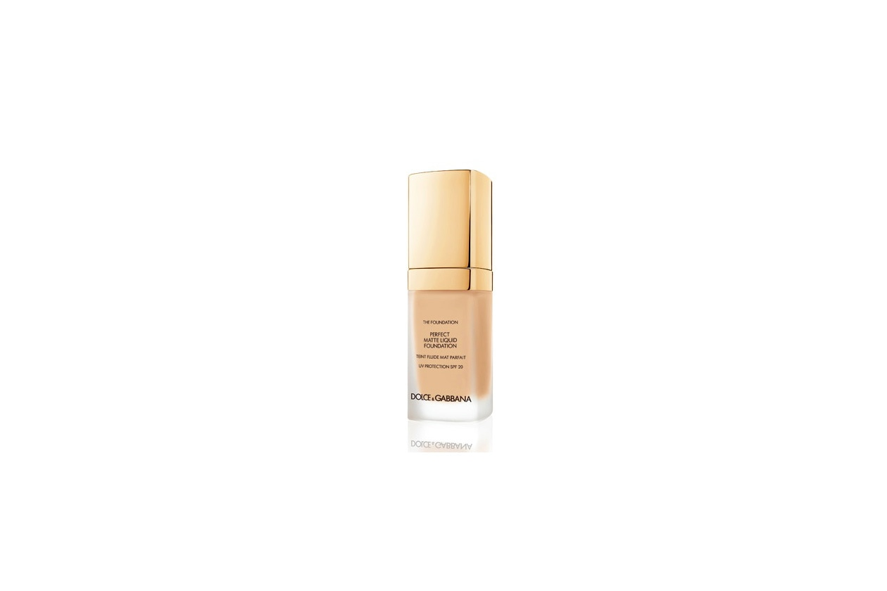 Il Perfect Matte Liquid Foundation di Dolce & Gabbana crea un effetto mat grazie alla nuova tecnologia Matte Adapt Complex che permette alla pelle di autocorreggersi