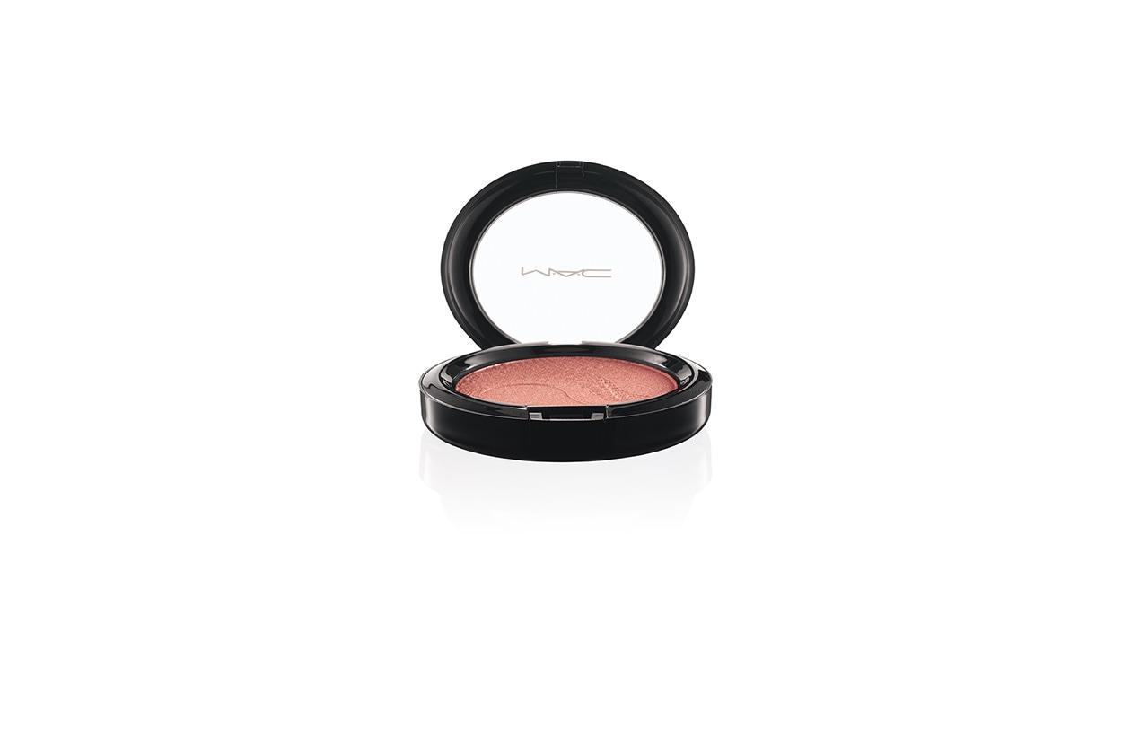 La Shell Pearl Beauty Powder di MAC è una polvere compatta dalla tonalità pesca e con richiami dorati