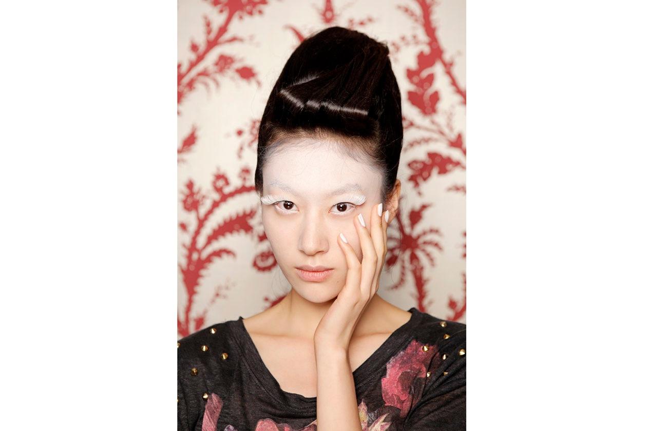 Liu Fiang colora di bianco unghia, fronte e ciglia extra size