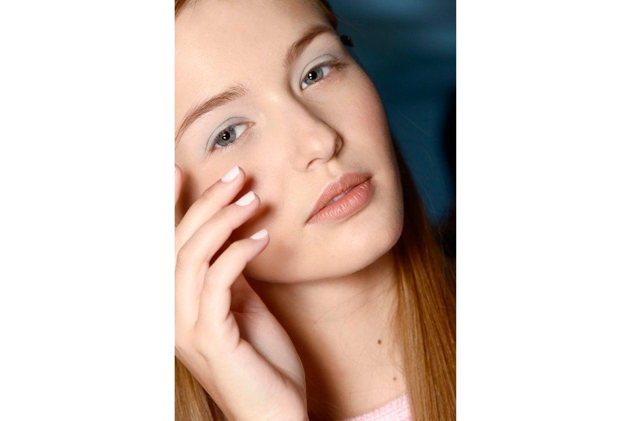 Lo smalto bianco dona molto anche alle pelli più chiare (Tibi)