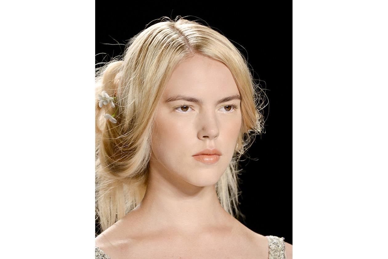Nuance caramello per il make up della modella di Badgley Mischka