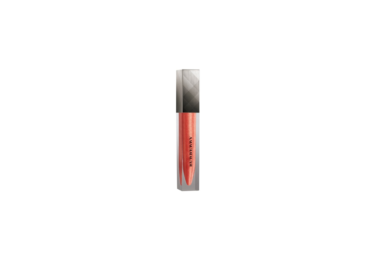 Se preferite il gloss, la soluzione firmata Burberry è il Lip Glow Coral No 22