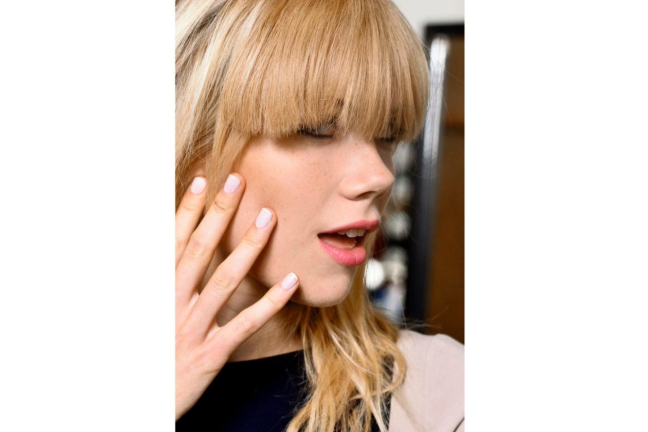 Smalto bianco e incarnato luminoso ma naturale è il look scelto da Karen Walker