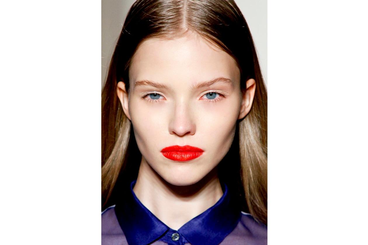 Un rosso vibrante colora le labbra della modella di Massimo Rebecchi