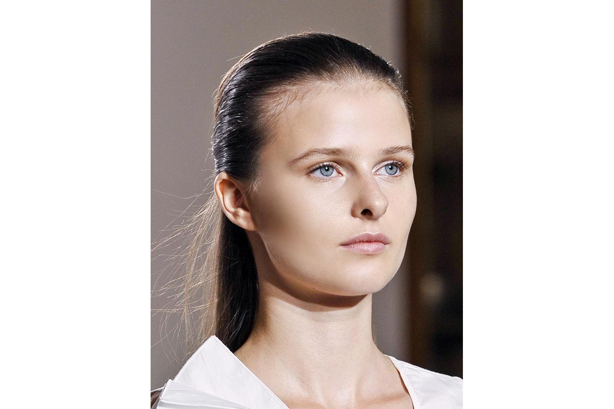 Una polvere chiara sugli occhi abbinata a un rossetto rosa per la modella di Nicole Fahri