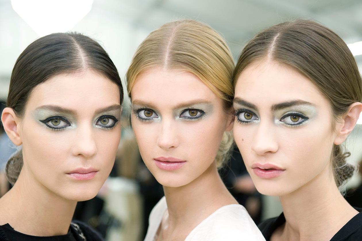 Argento e bagliori anche per il look visto sulle passerelle di Chanel