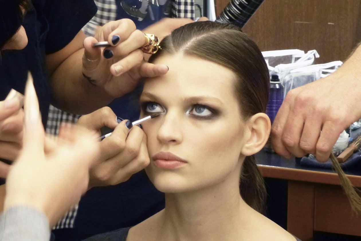 Benjamin Pukey realizza una versione glam dello smoky eyes per la sfilata di Gianfranco Ferré