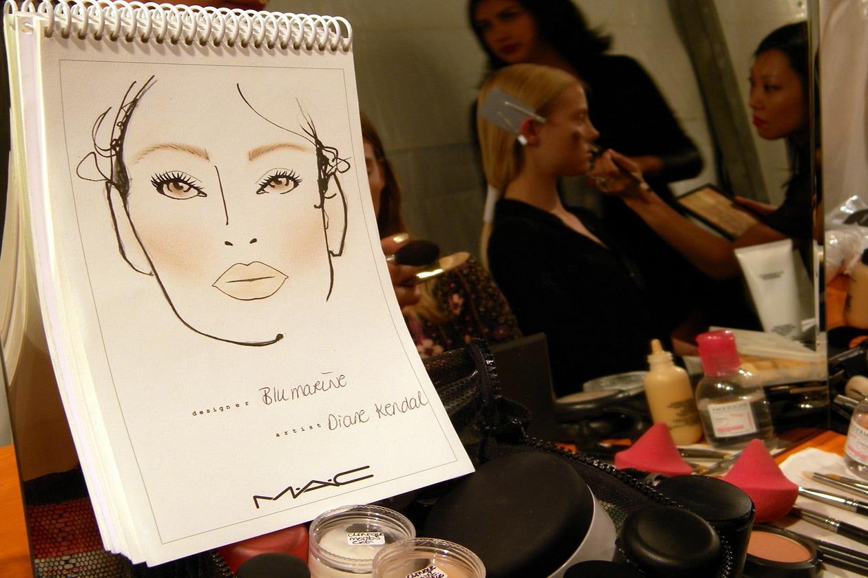 Il look firmato da Diane Kendal, Senior Artist MAC, mette la pelle in primo piano con un effetto glowing (Blumarine)