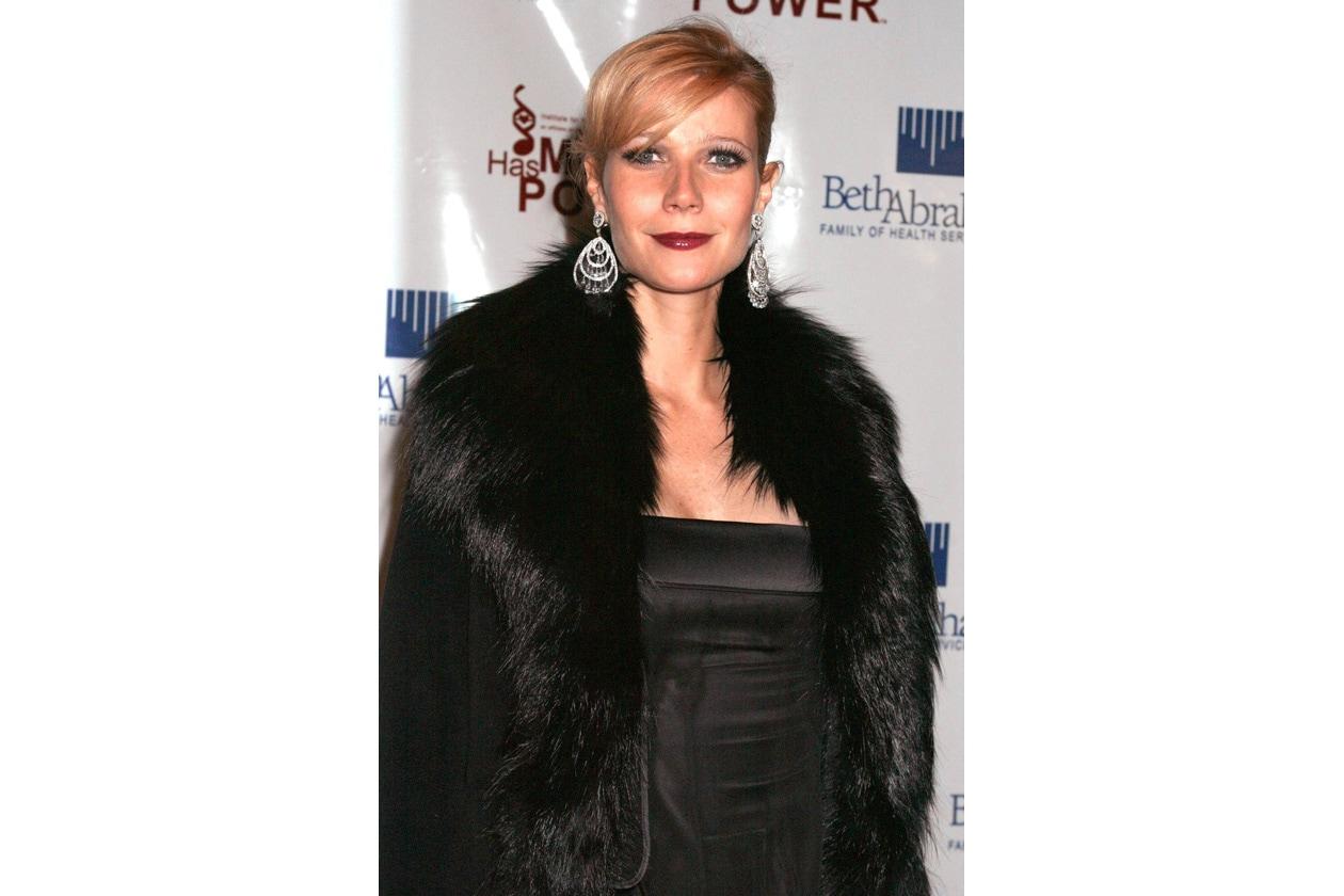 L'attrice sfoggia un look più aggressivo su questo red carpet del 2003