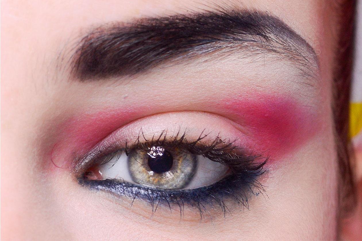 Sopracciglia very dark e color shocking sugli occhi: la regola è osare! (Jean Paul Gaultier)
