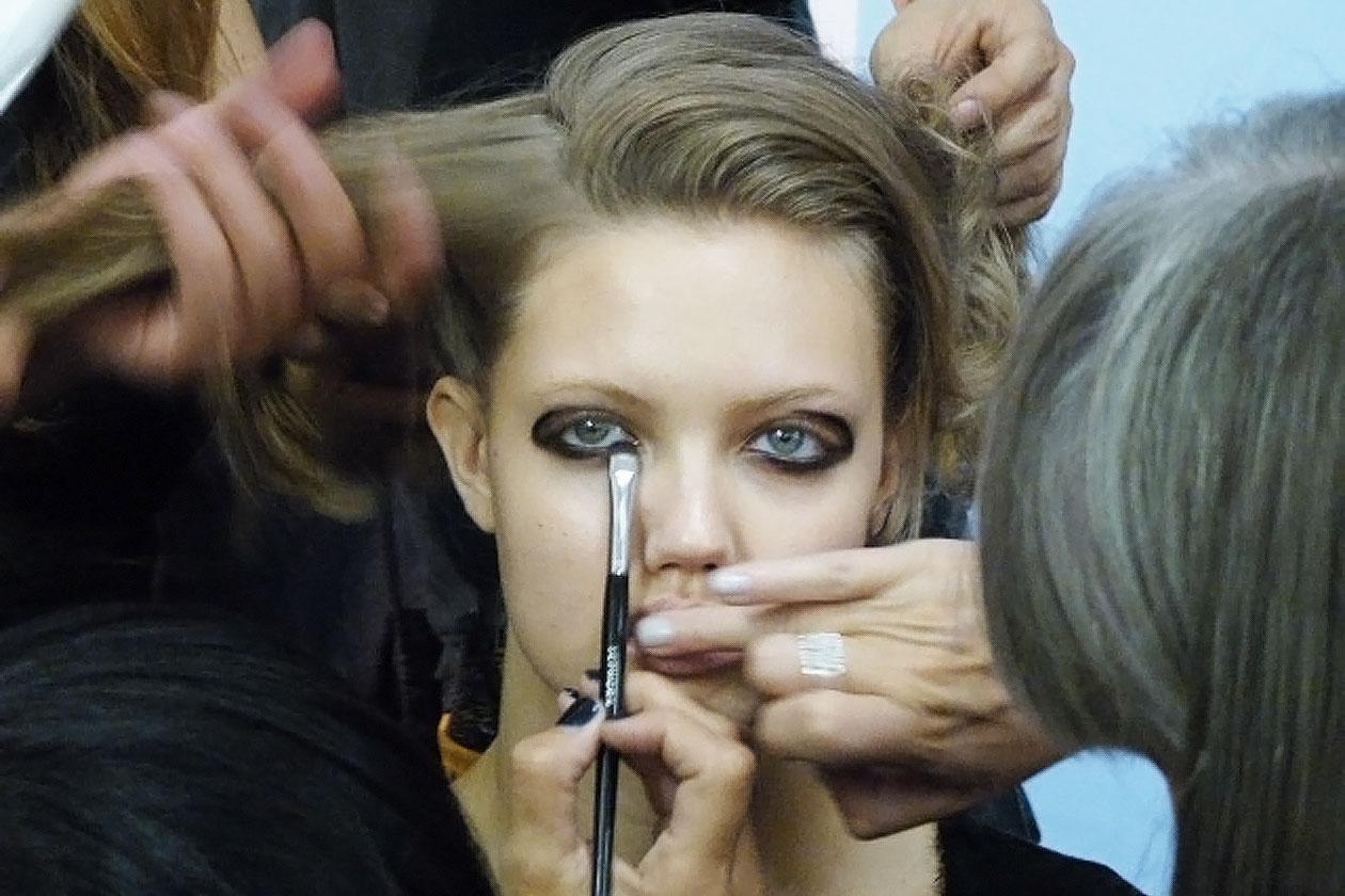 Una linea spessa di matita nera sull'attaccatura e lungo la piega della palpebra per occhi XL (Antonio Marras)