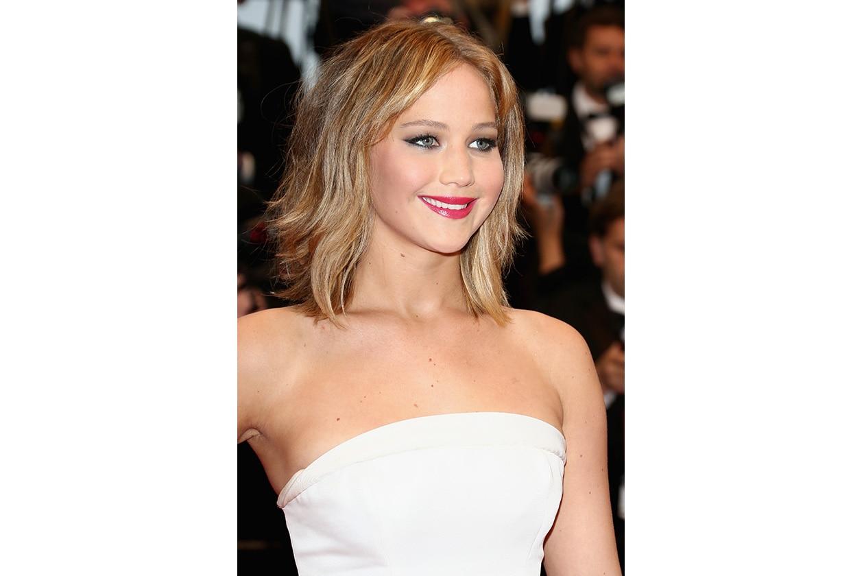 Jennifer Lawrence sceglie un capello mosso con un cenno di boccoli sulle lunghezze