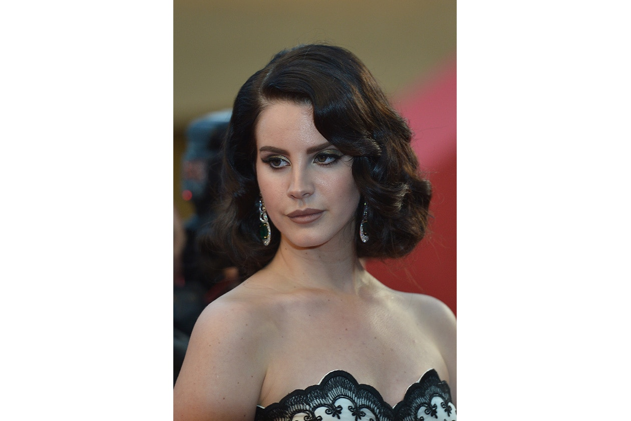 Lana Del Rey gioca sui contrasti: hairdo retrò e make up dark