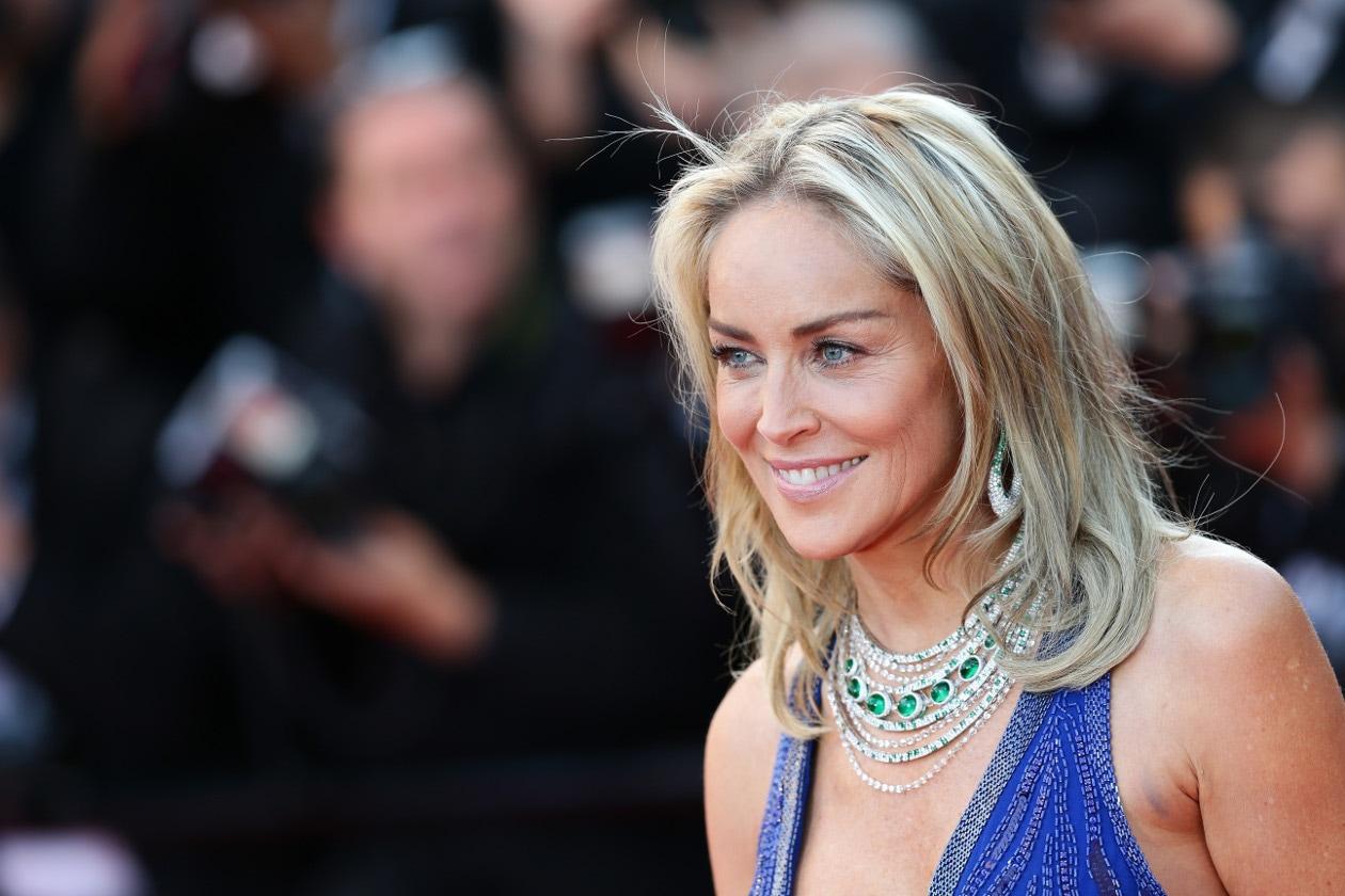 Sharon Stone sfoggia un lungo scalato dal finish non proprio impeccabile