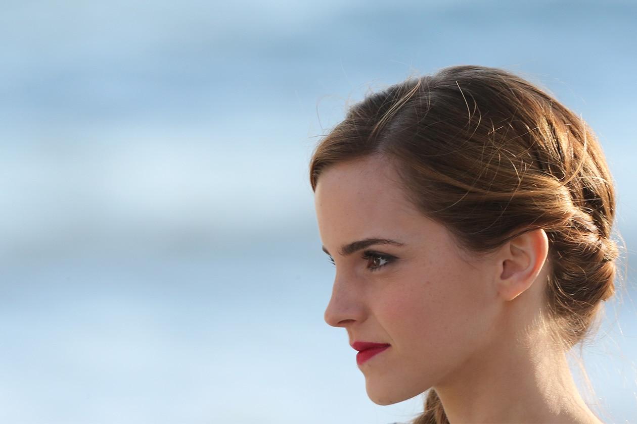 Trecce di lato e capelli raccolti per Emma Watson