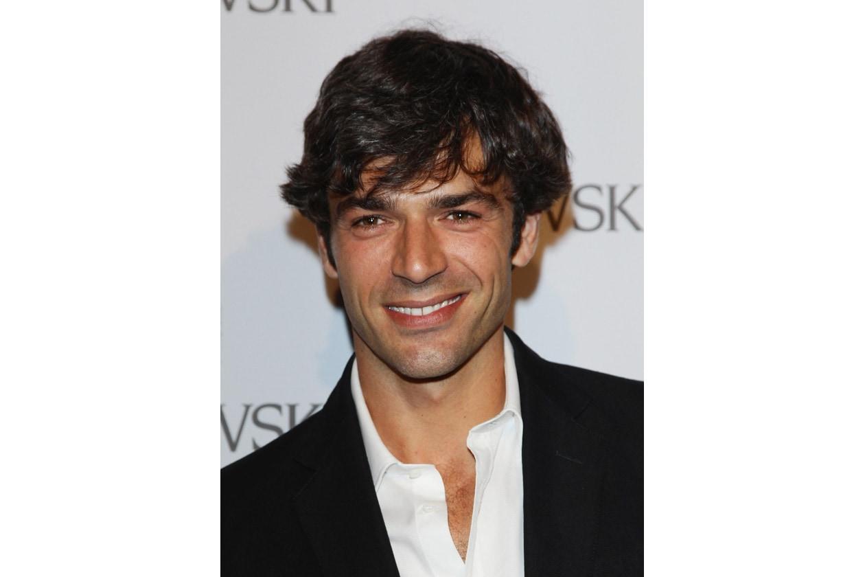 Capello volutamente spettinato e sorriso sempre pronto: sarà questo il segreto del successo di Luca Argentero?