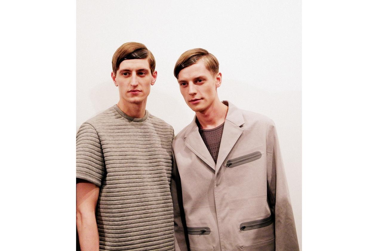 Effetto sleek per i capelli dei modelli di Neil Barrett