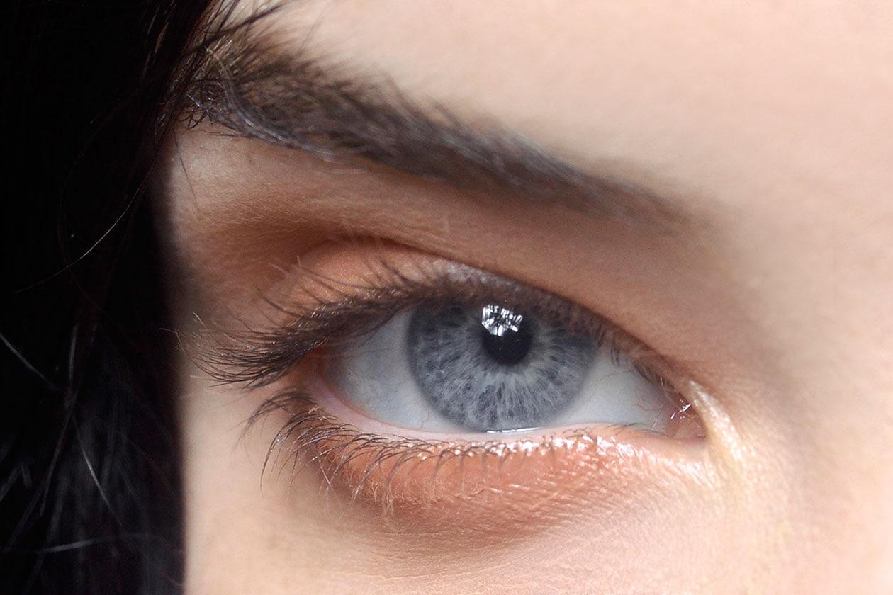 Focus on eyes: polveri pesca e dorate per un finish super luminoso (dal backstage di Theyskens Theo primavera/estate 2013)