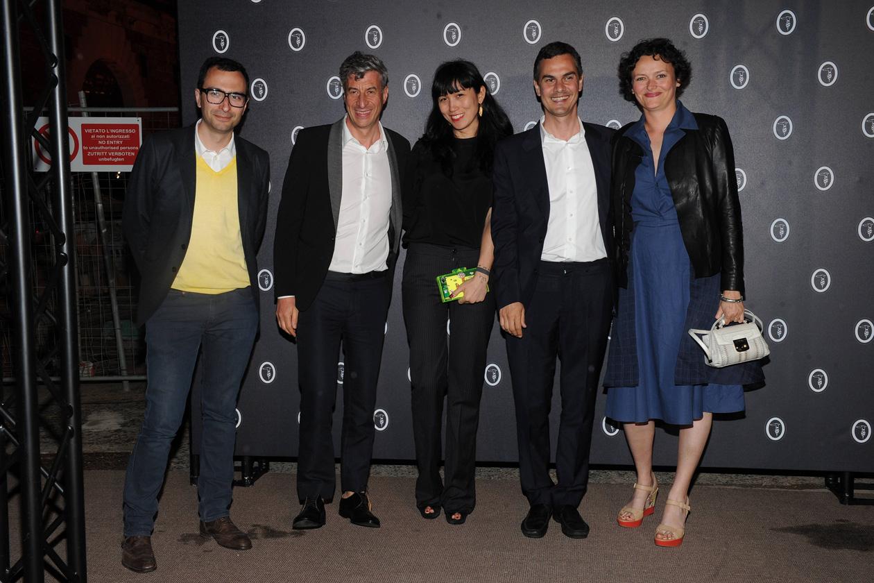 Francesco Manacorda, Maurizio Cattelan, XXX, Massimiliano Gioni e Cecilia Alemani (in total look Trussardi con una mini Lucinda special edition)