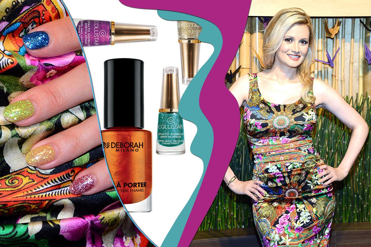 Holly Madison sfoggia un colore diverso per ogni dito (Collistar – Deborah Milano)