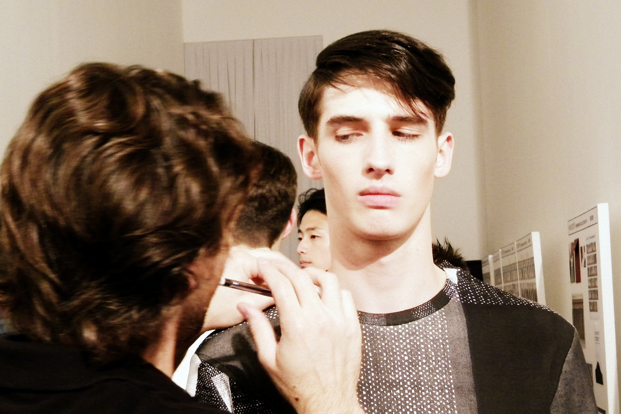Make up dalle forme rotonde: mix tra fondotinta effetto opaco e polvere satinata sugli occhi