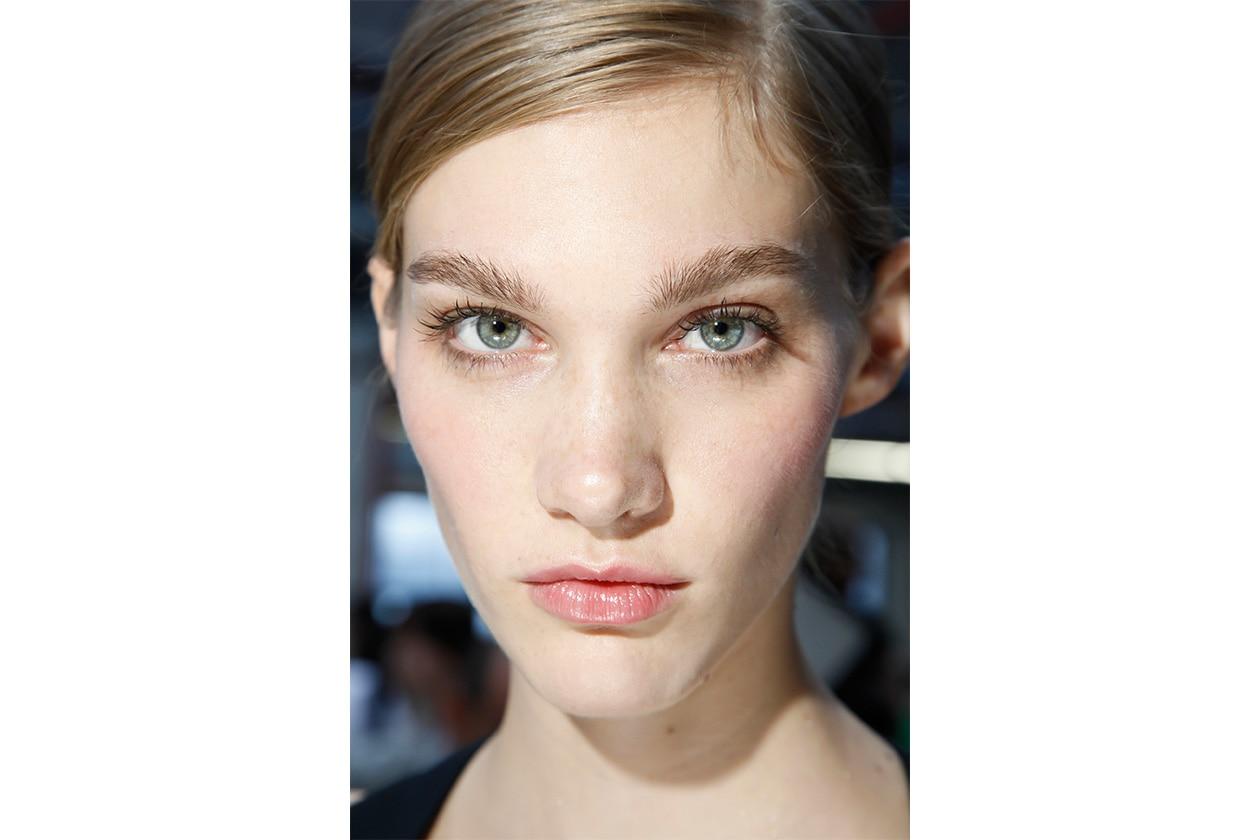 Sopracciglia pettinate e labbra colorate con un velo di lipstick rosa: il make up nude è bon ton (Antonio Berardi)