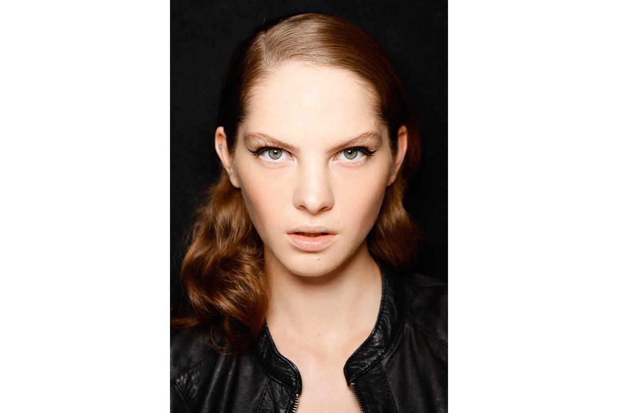 Trucco nude anche per Mila Schön con una variante: lo sguardo è evidenziato da una riga di eyeliner