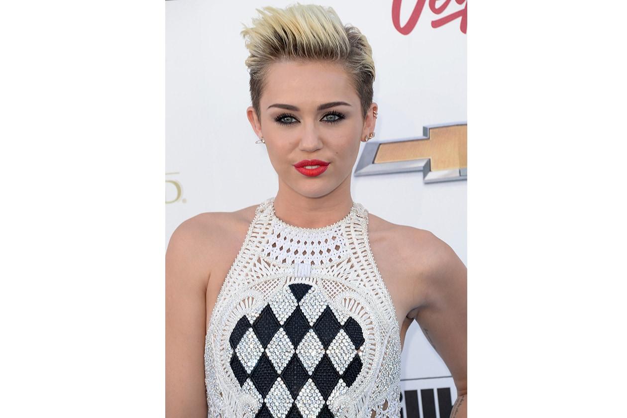Fedele al suo taglio undercut, Miley Cyrus è tra le nostre preferite