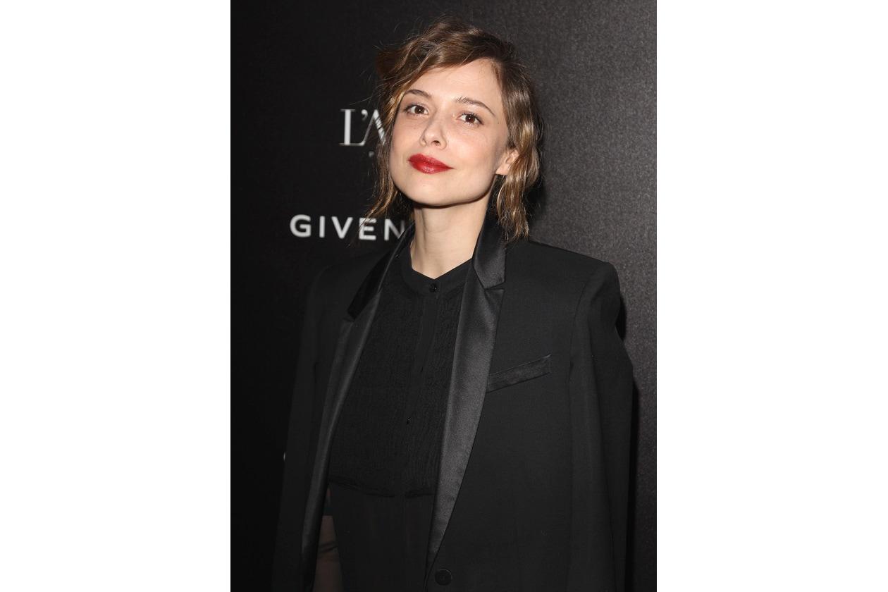 L'attrice alla settimana della moda parigina sfoggia un bellissimo rossetto rosso