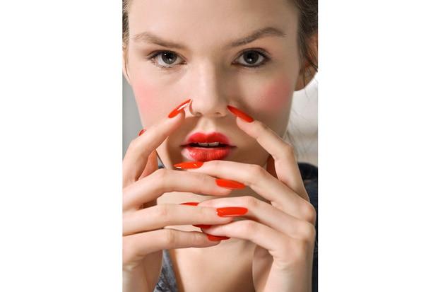 Lunghezza extra per le unghie della modella di Thom Browne