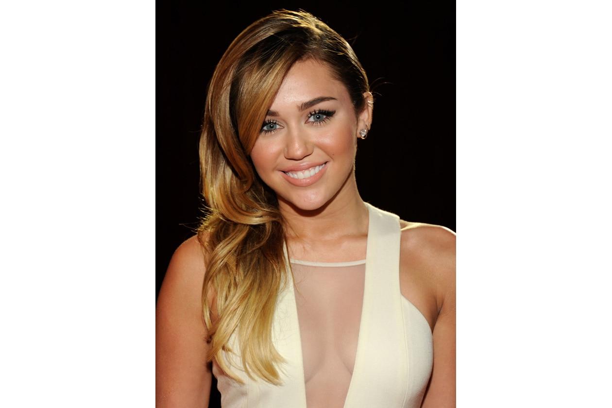 I capelli scendono su un lato: un look elegante e senza eccessi (gennaio 2012)