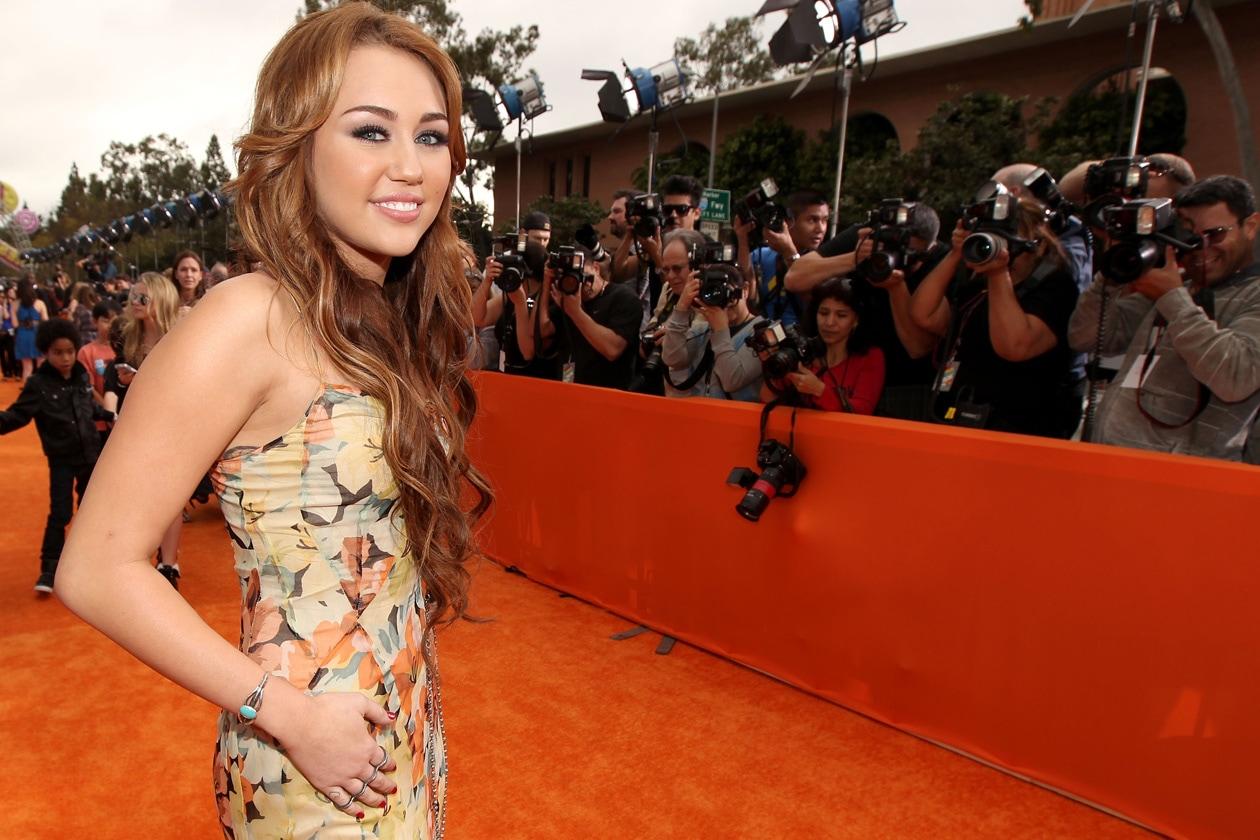 Una lunga chioma a incorniciare il volto di Miley (2011)