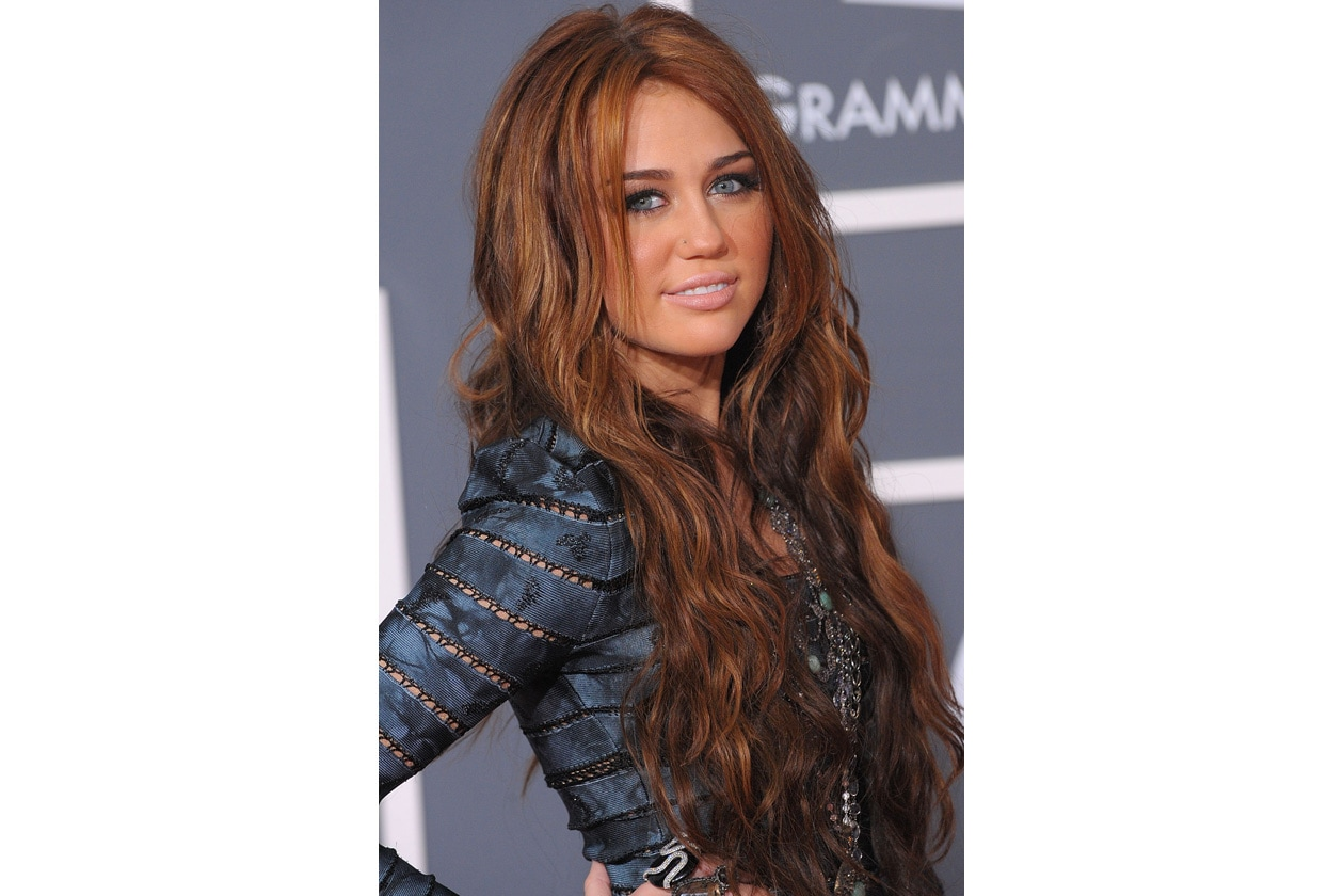 È il maggio del 2010: ai Grammy Awards la cantante sfoggia un capello mosso sulle lunghezze