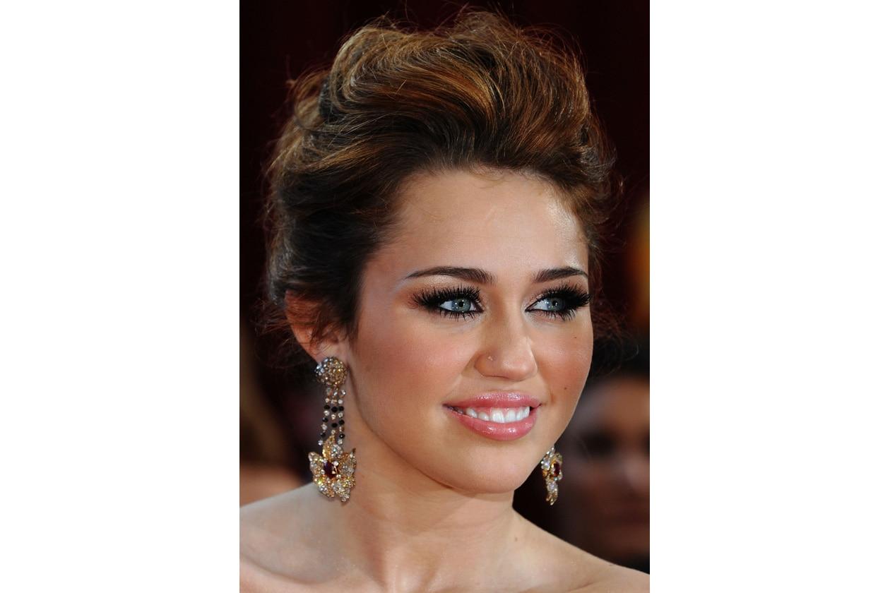 Un elegante raccolto sul red carpet degli Oscar: il lato più femminile di Miley Cyrus (2010)