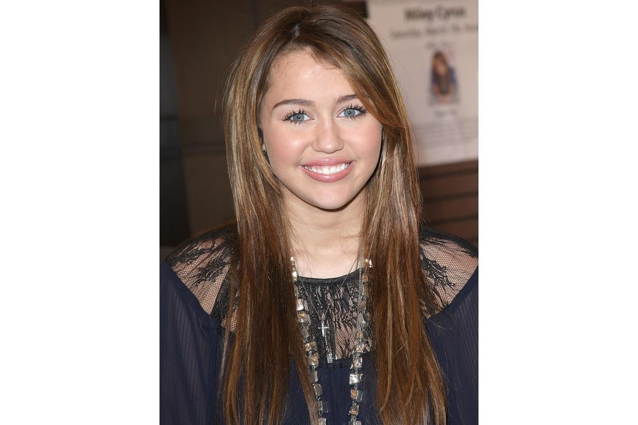 Leggere decolorazioni per le chiome della diciassettenne Miley (2009)