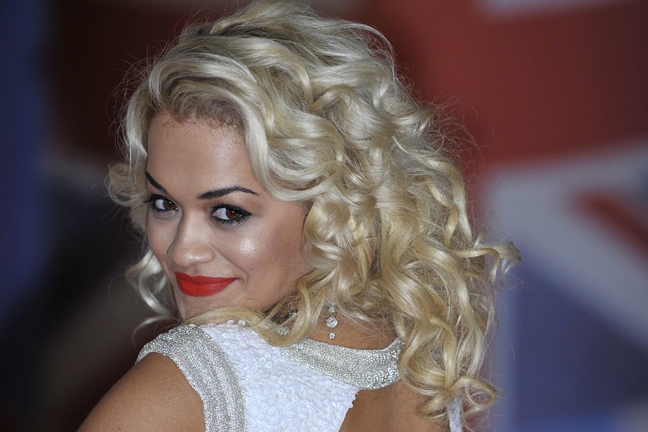 A TUTTO RICCIO: capelli lunghissimi e very curly per un hair lokk iper femminile (2012)